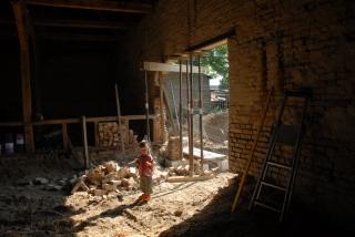 Kleiner Mann auf großer Baustelle