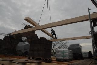 Regelmäßiger Helfer auf der Baustelle - der Kran.