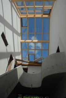 Dachverglasung unter blauem Himmel